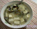 清爽、低熱量的豆腐蝦皮紫菜味增湯(圖:梅芬/大紀元)