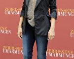 女星佩内洛普-克鲁兹(Penelope Cruz)以黑色西装和牛仔裤亮相,显得非常的干练与时尚。(图/Getty Images)
