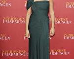 女星佩内洛普-克鲁兹(Penelope Cruz)身穿单肩墨绿色礼服亮相红毯。(图/Getty Images)