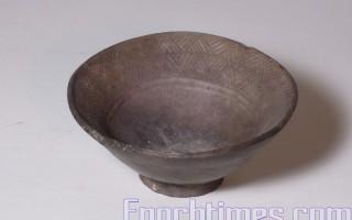 人字紋小黑陶碗(正面)/年代:19世紀     材質:黑陶    直徑:11.2公分   高:4.5公分