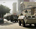 7月5日,中共武力镇压新疆事件,7日,乌鲁木齐戒严,图为武警巡逻车。(/Getty Images)