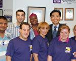 20選區市議員參選人鄭勝振(S.J. Jung)(後右一)獲得服務業僱員國際工會32BJ的背書支持。(攝影﹕史靜/大紀元)