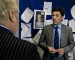 图为09年7月20号在英国伦敦,卫生部长Andy Burnham会见伦敦塔桥'医务主任Douglas Russell(左),被告知如何散发抗病毒药物特敏福,每天为400多名患者治疗猪流感。但英国流感专家指出,广泛使用特敏福可能导致新H1N1病毒产生抗药性,需控制发放。(Photo by Johnny Green/WPA-Pool/Getty Images)