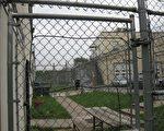 2009年7月7日上午﹐馬里蘭州洛克維爾市一名大約30歲的沈姓華裔女子撕毀一家乾洗店櫥窗上的神韻晚會海報和店內的傳單﹐隨後被逮捕﹐並被搜身﹐然後轉送到蒙哥馬利郡洛城的拘押中心。圖為蒙郡洛城拘押中心﹐被告沈某7月7日傍晚仍被拘押。(大紀元)