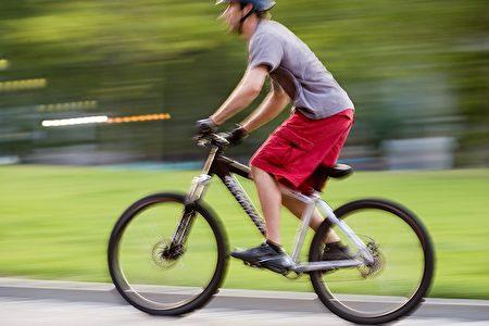在北美很多城市,自行車和機動車輛共用車道,使得不少騎車人士在人行道上騎車。近日,加拿大多倫多發生的一起騎自行車在人行道上撞死華人移民的事件,引發整個社區關於汽車、自行車和行人安全方面的熱烈討論,警方勸告市民,不要在人行道上騎單車;有市民認為政府需要考慮設立專用自行車道。