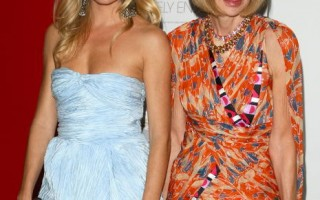 """女星西耶娜·米勒(Sienna Miller)与被影射为""""穿Prada的恶魔""""的Vogue总编辑安娜·温图尔(Anna Wintour)二人在纪录片《九月刊》放映式上一起留下了靓亮的倩影。(图/Getty Images)"""