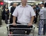 人民日报记者邱明伟抵达印尼,继续他寻求政治庇护及追求中国民主自由之路。图为他走出印尼雅加达机场。(摄影:吴雪儿/大纪元)