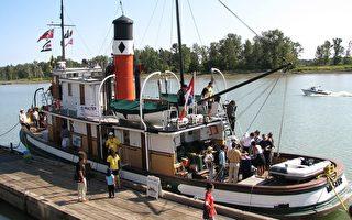 靠在碼頭的船可供遊人上船參觀,傾聽工作人員的講解。(攝影:高明/大紀元)