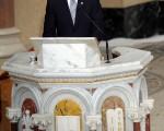 奧巴馬總統星期六上午在波士頓的天主教堂為已故美國參議員愛德華‧肯尼迪致悼詞,讚揚他是良師益友,也是一位意志堅強和充滿同情心的偉人。(AFPPHOTO/Jewel SAMAD)