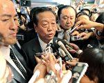 """小泽一郎(中)接受日本准首相鸠山由纪夫任命为民主党""""干事长""""后,被记者们包围采访。(法新社)"""