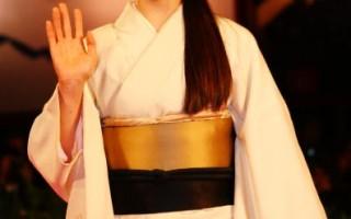 日本女星中村優子(Yuko Nakamura)身穿和服亮相,展現了日式淡雅之美。(圖/Getty Images)