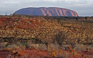 游客攻顶解放  澳洲著名巨岩成天然马桶