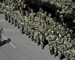 9月5日,军队持枪行走在乌鲁木齐大街上。(AFP)