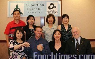 (前排左起):宋贞,马克,协会秘书Ralph Otto(右一);(后排左起):协会成员杨尔宏,林嘉靖,贺淑君(右一)  (摄影:张倩/大纪元)