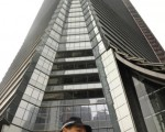 香港興建中的第一高樓「環球貿易廣場」建築工地,13日下午發生嚴重工安意外。圖為事發後,警察來到環球貿易廣場施工地點。(法新社)