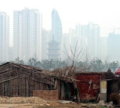在中國,許多人付不起高額的房價,仍窩居破舊的住房中。(AFP)