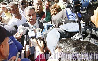 纽约州长帕特森9月20日在哈林第40届美国非裔节游行中表示,不会改变明年竞选州长的计划。(摄影﹕黎新/大纪元)