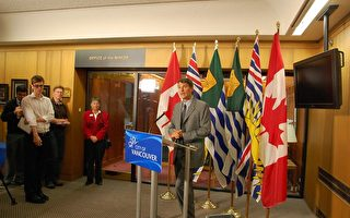 圖為溫哥華市長 Gregor Robertson昨日在溫哥華市政府接受記者採訪。(攝影﹕陳思思/大紀元)