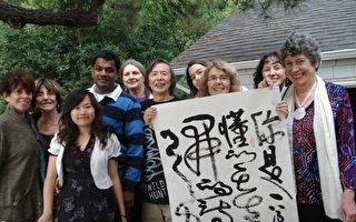 黄翔为美国作家们表演中国的书法艺术。(秋潇雨兰提供图片)