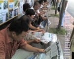 陸客來台有機會接觸到自由信息。圖為陸客在西子灣景點閱讀《大紀元時報 》。(攝影:李晴玳/大紀元)