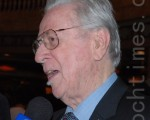加拿大勋章获得主、朱诺音乐奖获得者菲利浦·尼蒙斯赞2009年10月9日多伦多佳能剧场的神韵演出感人肺腑(摄影:李丹/大纪元)
