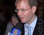 2009年10月9日,钢琴演奏兼作曲家布雷德欣赏了多伦多佳能剧场神韵晚会的首场演出,他对现场乐队中西合璧的演奏赞叹不已。(摄影:李丹/大纪元)