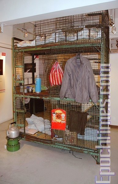 香港「籠屋」居住環境,圖為年初希望能引起大眾關心的「籠屋展覽」。(攝影:鄺承好/大紀元)