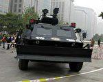 中共十一前夕,新型装甲车布防在东长安街王府井路口。(北京市民提供)
