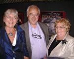 9月30日在瑞士洛桑一家企业做行政副主管的伊万‧皮尔埃‧沙布罗兹(Yvan-Pierre Chabloz)与太太玛雅(左)和岳母(右)在观看完神韵演出后留影(摄影:王泓/大纪元)