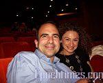 瑞士著名家族银行LOBNEK(LWM)总监奥塔格·安酷曼先生和妻子看过神韵演出后,畅谈感受。(摄影:唐峰/大纪元)