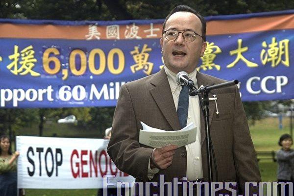 「中國民主後援國際」組織(China Support Network)的創始人庫薩密先生(John Kusumi)在波士頓集會上聲援六千萬勇士退出中共。(攝影:徐明/大紀元)