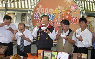县长郑永金(中)与嘉宾喝柿饼鸡汤津津有味。(摄影:林宝云/大纪元)