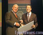 馬友友(右)榮獲波士頓市長萬寧路(左)頒發的2009年「我們是波士頓領袖獎」(攝影:徐明/大紀元)