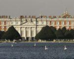 """位于伦敦市郊泰晤士河畔汉普顿宫精致的建筑,有""""英国凡尔赛宫""""的称号。 (图片来源:Peter Macdiarmid/Getty Images)"""