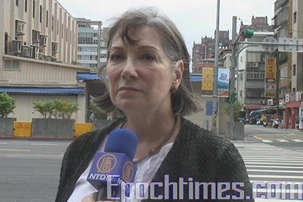 新唐人總部發言人瑞克林女士(Gail Rachlin)在美國在台協會(AIT)前接受訪問(大紀元)