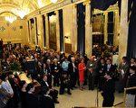 2009年10月9日,多伦多佳能剧场贵宾招待会上大家与神韵演员互动热烈。(摄影:艾文/大纪元)