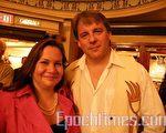 2009年10月9日,加拿大知名原住民剧作家泰勒(Drew Taylor)与妻子一同来看了多伦多佳能剧场的神韵演出。(摄影:田野/大纪元)