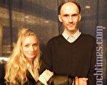 2009年10月9日晚,网络图片设计师卡斯奇(Sergey Shpakovsky)与妹妹——设计系学生(Lina Shpakovskiene)一同欣赏了多伦多佳能剧场的神韵演出。(摄影:田野/大纪元)