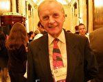 2009年10月9日,任期近10年的前联邦议员、大学教授兼出版社主席博耶尔(Patrick Boyer)欣赏神韵演出。(摄影:田野/大纪元)