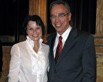 资深投资家、保守党议员候选人奥利弗(Joe Oliver)和太太Golda Goldman一起观看了2009年10月9日的神韵晚会(摄影:周行/大纪元)