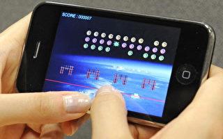 日本手机的上网功能强,但玩游戏不仅仅浪费时间,还容易使人陷入金钱陷阱。 (图/YOSHIKAZU TSUNO/AFP/Getty Images)