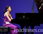 10月11日紐約第二屆新唐人「全世界華人鋼琴大賽」決賽現場,在演奏中的台灣選手宋沛樟。(攝影:愛德華/大紀元)