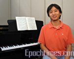 香港資深鋼琴教師張得恩認為,鋼琴學練者不單要有好的技巧,更要著重心性的磨煉。他讚揚新唐人「全世界華人鋼琴大賽」弘揚古典音樂,回歸正統,是非常有意義的比賽。(攝影:李真/大紀元)