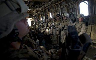 2009年10月12日,美国海军陆战队乘坐一架CH - 53直升机飞越赫尔曼德省,在阿富汗南部。(DAVID FURST/AFP/Getty Images)