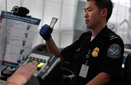 新泽西州纽瓦克(Newark)机场安检人员。(Chris Hondros/Getty Images)