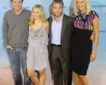 (左起) Jason Bateman 、Kristen Bell 、 Peter Billingsley 、Malin Akerman一起出席浪漫喜剧《伴侣度假村》(Couples Retreat)德国首映式。(图/Getty Images)