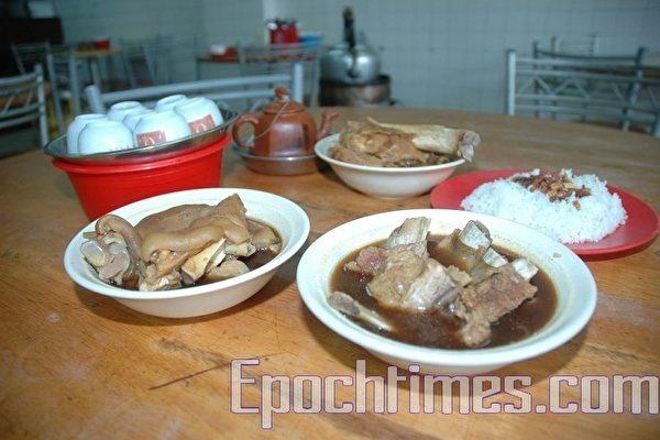 马来西亚巴生市是肉骨茶的发源地。图为巴生桥底盛发守三代所烹调的原味祖传肉骨茶。(摄影:徐长乐/大纪元)