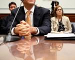 国会指定的特别督察长巴洛夫斯基(Neil‧Barofsky)呈交美国国会的报告指出,7000亿美元纾困金将美国经济自几近崩盘边缘挽救回来,但纳税人可能无法全数拿回这笔资金。图为2009年10月14日在华盛顿特区国会山,众议院监督和政府改革委员会正在听取Barofsky的作证。(Photo by Alex Wong/Getty Images)