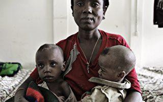 衣索比亚难民营内,一家三口等待食物无助的眼神。(AFP)