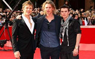 (左起)男星Charlie Bewley、Jamie Campbell Bower 、Cameron Bright 三位帅哥一同出席首映。(图/Getty Images)